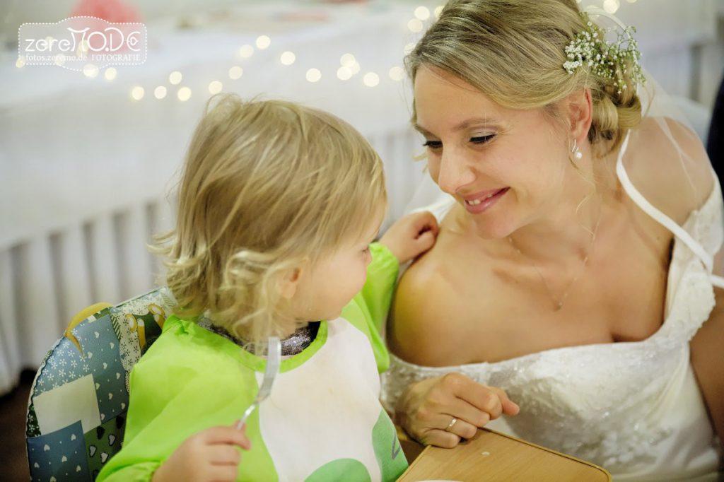 Blumenkind und Braut beim Abendessen