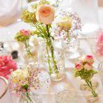 Tischdekoration zur Hochzeit, Glasvasen mit rosa Rosensträußchen