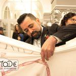 Der Bräutigam schneidet nach der Trauung das Bettlakenherz aus
