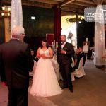 Hochzeitspaar bei der Rede des Brautvaters