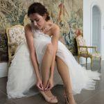 Getting Ready: Braut zieht die Hochzeitsschuhe an