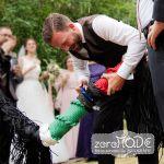 Traditionelles Hochzeitsspiel bei der Marine: Der Bräutigam schneidet den Hochzeitstampen