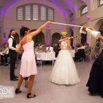 Eine Pinata als Hochzeitsgeschenk: Die Braut schlägt mit verbundenen Augen auf die Braut-Pinata ein