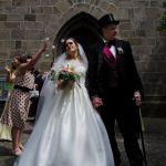 Das Hochzeitspaar wird mit Blüten beworfen