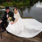 Hochzeitspaar auf der Werrabrücke in Hann. Münden, im Hintergrund das Wasser
