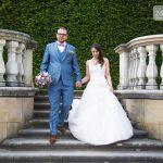 Hochzeitspaar Hand in Hand auf einer Treppe