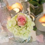 Tischdekoration für die Hochzeitsfeier: Rosa Rose mit weißen Hortensienblüten