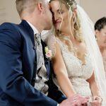 Hochzeitspaar während der Trauung, kuschelnd