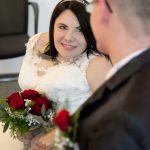 Die Braut sieht den Bräutigam an