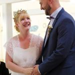 Eheversprechen während der standesamtlichen Trauung, das Hochzeitspaar steht Hand in Hand
