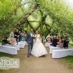 Hochzeitspaar zieht nach der freien Zeremonie aus dem Weidenpalais aus