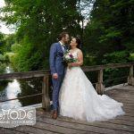Hochzeitspaar auf der Holzbrücke am Schloss Rheder