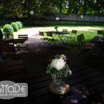 Weißes Blumensträusschen beleuchtet vor Schatten auf einem Tisch