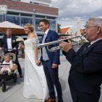 Ein Trompeter spielt zur Hochzeit