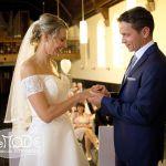 Der Bräutigam steckt der Braut den Ring an